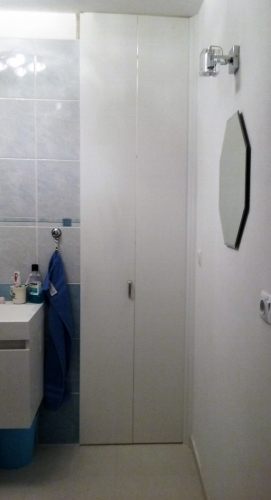 skl†dac° dveże orsabac u WC v koupelnō zavżeno