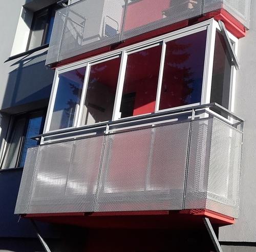 Zasklen° balkonu s pevnžmi boky